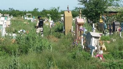 Las instalaciones y el área donde se realizan los trabajos de exhumación están siendo resguardadas por elementos de la Policía Investigadora y de Fuerza Coahuila.