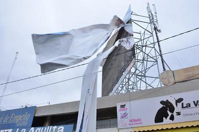 Además de las lonas, transeúntes reportaron que un poste de alumbrado público se dobló por el fuerte viento en bulevar Rodríguez Triana y Diagonal de las Fuentes.