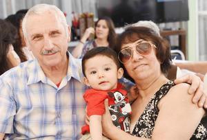 19042017 Julio y Consuelo Arriaga con su nieto, Jorgito.
