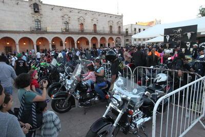 Miles de motocicletas invadieron las calles duranguenses, en donde se vivió una gran fiesta biker con música en vivo, rifas y otras actividades.