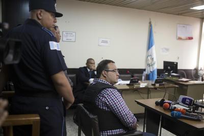 Al iniciar la audiencia, Javier Duarte presentó después a los abogados que llevarán su defensa.