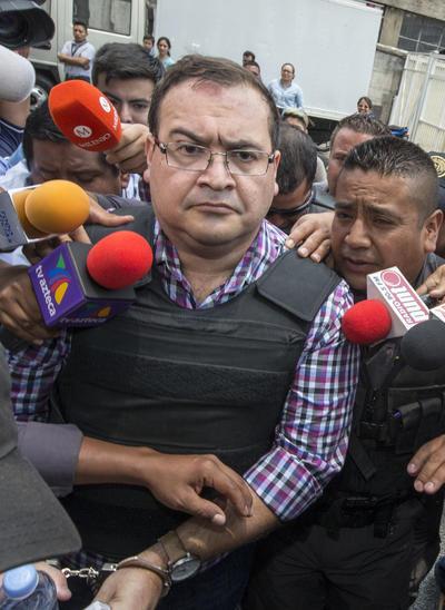 El exgobernador, con chaleco antibalas y rodeado de guardias penitenciarios y medios nacionales e internacionales, fue cacheado a su entrada y preguntado por las decenas de periodistas, pero se limitó a alzar la mirada, sin intermediar palabra.
