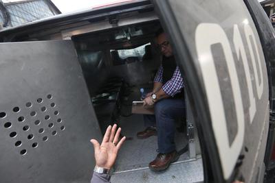 Engrilletado de pies y manos, con un chaleco negro antibalas, en silencio total, con rostro serio y procedente de una cárcel en un cuartel militar en un convoy policial fuertemente armado, Javier Duarte de Ochoa, exgobernador de Veracruz, ingresó al Tribunal.