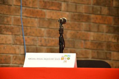 Aunque el candidato Miguel Riquelme no confirmó su asistencia, se le colocó su espacio.