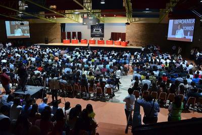 """Cinco de los siete candidatos a la candidatura de Coahuila, asistieron esta mañana al Encuentro Universitario que organizó la Ibero Torreón a fin de que los jóvenes escucharan las propuestas de los aspirantes y tuvieran un espacio de diálogo para """"discutir"""" sobre la prevención y el combate a la corrupción, las oportunidades de empleo y educación para los jóvenes y las estrategias para garanrizar la seguridad en el Estado."""