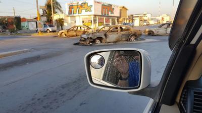 Usuarios mostraron los vehículos incendiados con los que realizaron los bloqueos.