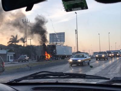 En el bulevard del Maestro e Hidalgo personas desconocidas bloquearon las vialidades con automóviles y llantas que incendiaron para impedir el acceso de fuerzas federales a la zona del conflicto.