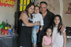 23042017 DIVERTIDA FIESTA.  El pequeño Robby con sus papás, Laura y Oswaldo, y sus hermanas, Emily y Camila.