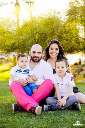 23042017 EN FAMILIA.  Gonzalo Samaniego con su esposa, Mónica Cinco, y sus hijos, Diego y Harry.
