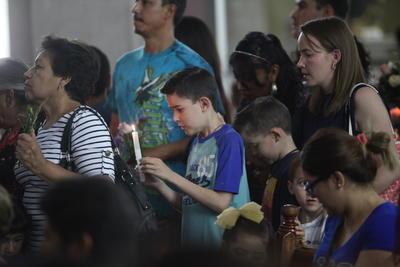 La tradición indica acompañar la oración protectora con algunas ofrendas florales y depositarlas en su imagen.