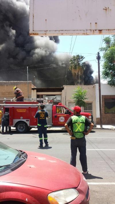 Elementos de bomberos y Protección Civil acudieron al lugar.