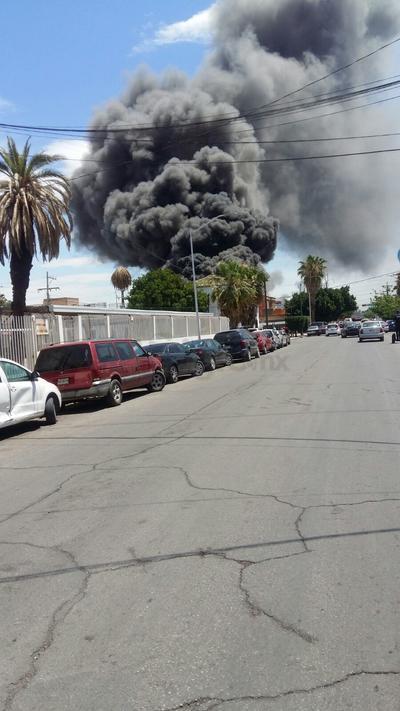 Dos bomberos presentaron malestar durante las labores.