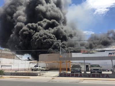 El incendio se registró en la empresa Refrigeración Lozano.