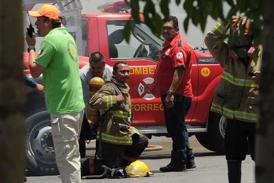 Dos elementos del cuerpo de Bomberos presentaron intoxicación, por lo que tuvieron que retirarse de las labores.