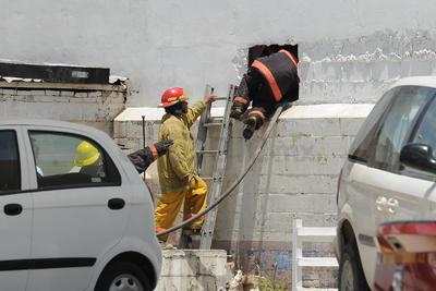 Los bomberos tuvieron que hacer boquetes para poder controlar el incendio.