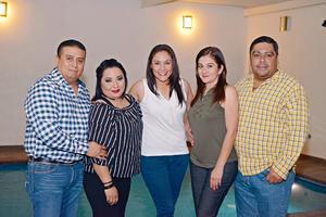 25042017 EN FESTEJO.  Víctor, Claudia, Diliana, Lupita y Alejandro.