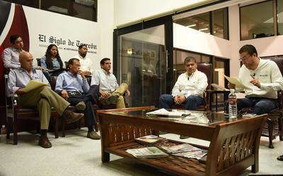 Riquelme Solís también fue cuestionado por sus acciones cuando fue alcalde de Torreón, como el tema del alumbrado público, el Paseo Morelos y demás obras que se realizaron.