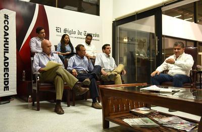"""Riquelme fue cuestionado sobre transparencia, rendición de cuentas y el tema de la """"megadeuda"""" de Coahuila."""