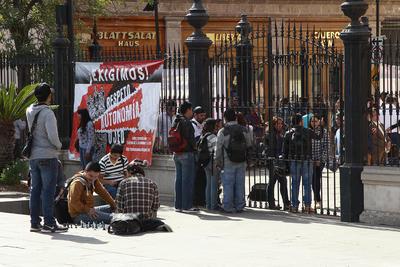Los estudiantes amenazaron con extender el paro a escuelas y facultades.