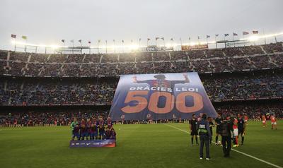 Messi empezó aplaudido, con incontables camisetas suyas alzadas en alto por la hinchada