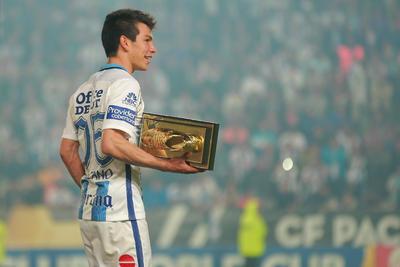 Hirving Lozano recibió un trofeo como el goleador del torneo.
