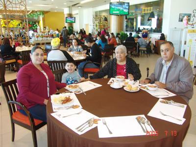 27042017 Virginia con sus hijos, Raúl y Lucy, y su nieto, Emilio.