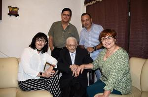 27042017 CUMPLE 90 AñOS.  Jesús Rentería Reyes con sus hijos en su festejo de cumpleaños.