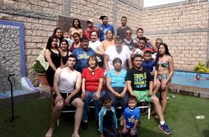 27042017 DIVERTIDO FESTEJO.  Juan Carlos Parga con sus hijos: José Carlos y Jesús Cuauhtémoc Parga Salazar, y las Familias Parga Salazar, Parga Vázquez y García Parga.
