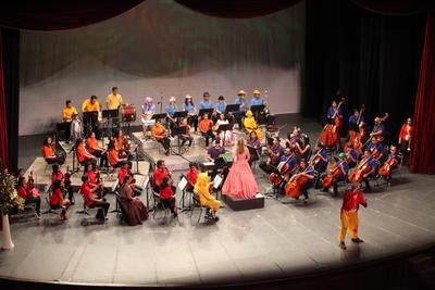 Ayer por la tarde, decenas de familias asistieron al Teatro Ricardo Castro para sumergirse en el mundo que el compositor mexicano Francisco Gabilondo Soler creó.