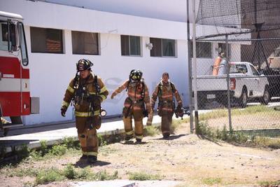 Personal de bomberos acudieron a las instalaciones del IED por el reporte de una fuga de gas.