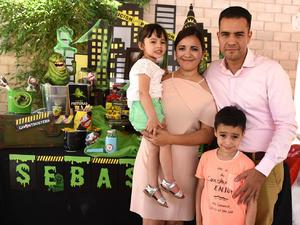 Valentina y Sebastián con sus papás. Eleonora Peña y Jorge Martínez