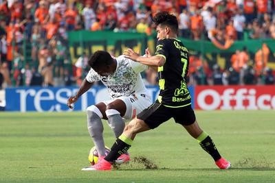 Las acciones ofensivas de Santos Laguna no consiguierón previo al minuto 60 generar daño en el marcador de Jaguares, puesto que los dirigidos por 'Chepo' de la Torre no consiguierón pasar los tres cuartos del terreno de juego con comodidad.