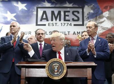 Donald Trump lanzó críticas incisivas contra la prensa nacional durante el acto en Pensilvania que organizó en la misma noche en que la Asociación de Corresponsales de la Casa Blanca celebra su cena anual.