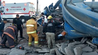 Los paramédicos de la Cruz Roja reportan al chofer con un estado de salud grave.