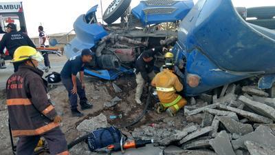 Hasta el lugar se trasladaron los elementos del cuerpo de Bomberos, Protección Civil, Peritos y agentes de Fuerza Coahuila ya que el conductor terminó prensado tras la volcadura y a pesar de que llevan una hora realizando diversas maniobras, no han logrado rescatarlo.
