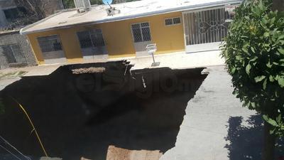 Un hundimiento en la calle Brezo de la colonia Bellavista de Gómez Palacio causó alarma y la evacuación de poco más de 10 casas del sector.