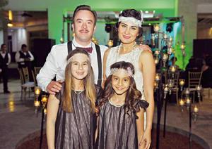 30042017 Carlos y Liss con sus hijas, Regina y Luciana.