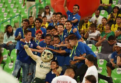 También apareció la bandera de la Copa Santos Peñoles, mientras que Emiliano García, portero de la categoría 2000 de Santos Laguna, realizó el juramento deportivo, para que luego junto a otros cancerberos, realizaran la patada inicial.