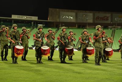 Los honores a la bandera correspondieron al 33avo. Batallón de Infantería de Torreón, mientras que representantes de cada uno de los equipos participantes, desfilaron simbólicamente por la cancha.
