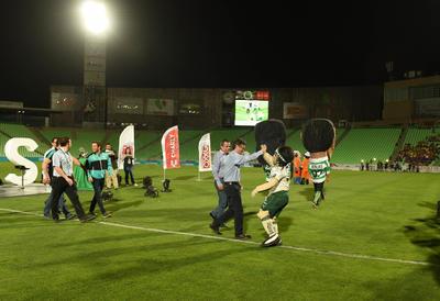 Con un cuadro multicolor, aparecieron en escena las diferentes personalidades que estuvieron en el estrado, como el caso de Rafael Rebollar, director de Met Mex Peñoles y José Riestra, vicepresidente de Futbol del Club Santos Laguna.