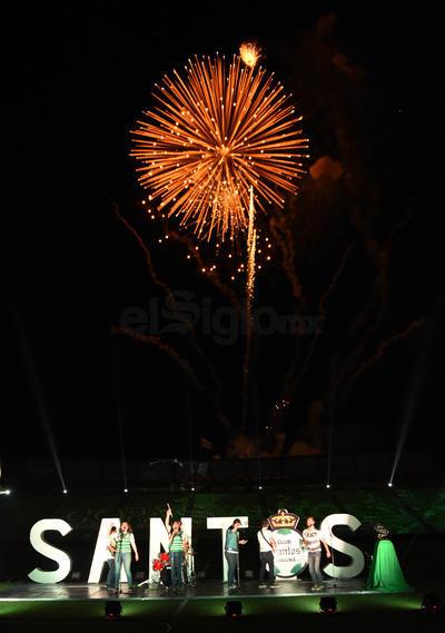 Fuegos artificiales fueron lanzados al cielo en el evento.