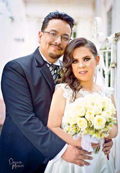 30042017 Nancy Yadira Elías Acosta unió su vida en matrimonio con su pareja Enrique Nagay Hernández. Los padres de la pareja son, Rosalba Acosta M. y José Manuel Elías (f); Alpha O. Hernández Y. y Enrique Nagay Y. (f).- Dayna Mears Fotografía.