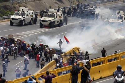 Los manifestantes se protegían con escudos fabricados por ellos ante la respuesta de los elementos de la Guardia.