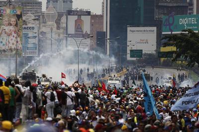 Al mismo tiempo que Maduro entregaba su decreto y celebraba con seguidores, en las calles se desataba la violencia.