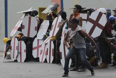 Los opositores iniciaron una marcha ayer miércoles desde el este de la capital venezolana hacia la sede del Parlamento, en el centro de Caracas, pero fueron dispersados con gases y perdigones de goma por la Guardia Nacional Bolivariana.