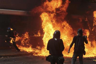 Además, más de 200 personas resultaron heridas hoy, entre ellas seis diputados venezolanos, por los hechos de violencia desatados tras una protesta en Caracas que fue convocada por la MUD, informaron las autoridades a través de las redes sociales.