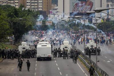 La muerte del joven se registró en medio de los disturbios originados y fue causada por un arma de fuego a la altura del cuello, de acuerdo con la información ofrecida por el ministro de Interior, Néstor Reverol.
