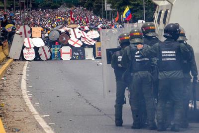 La violencia aumentó cuando un grupo de manifestantes encapuchados comenzó a lanzar piedras y cócteles molotov contra las tanquetas y los funcionarios de la Policía Nacional Bolivariana (PNB) y la Guardia Nacional Bolivariana (GNB).