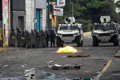 Esta movilización terminó con un fuerte enfrentamiento con los agentes policiales, que dispersaron con gases lacrimógenos y perdigones de goma el bloque de personas que llenó un tramo de la principal autopista de la capital caribeña.