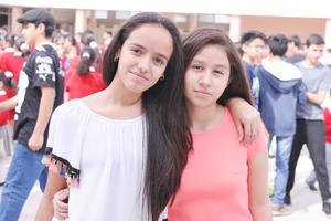 04052017 POSAN PARA LA FOTO.  Yuliana y Samantha.